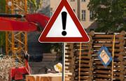 """Verkehrszeichen """"Gefahrstelle"""" an einer Baustelle"""