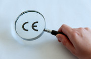 Lupe über CE-Kennzeichnung