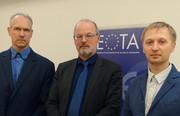 EOTA-Präsident Dr.-Ing. Karsten Kathage und Vertreter von BM Trada Lettland Kaspars Šķēle und Nikolajs Semjonovs