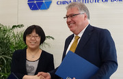 Bin Cao (CBS) und Gerhard Breitschaft (DIBt) nach Unterzeichnung des MoU